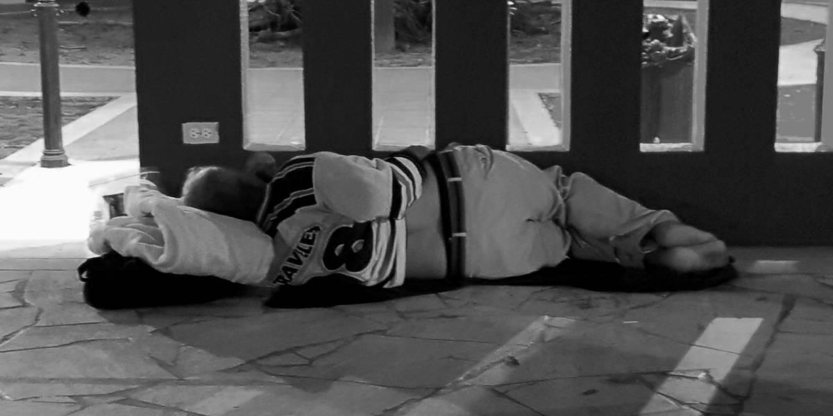 Reparten sábanas y colchas a personas sin hogar